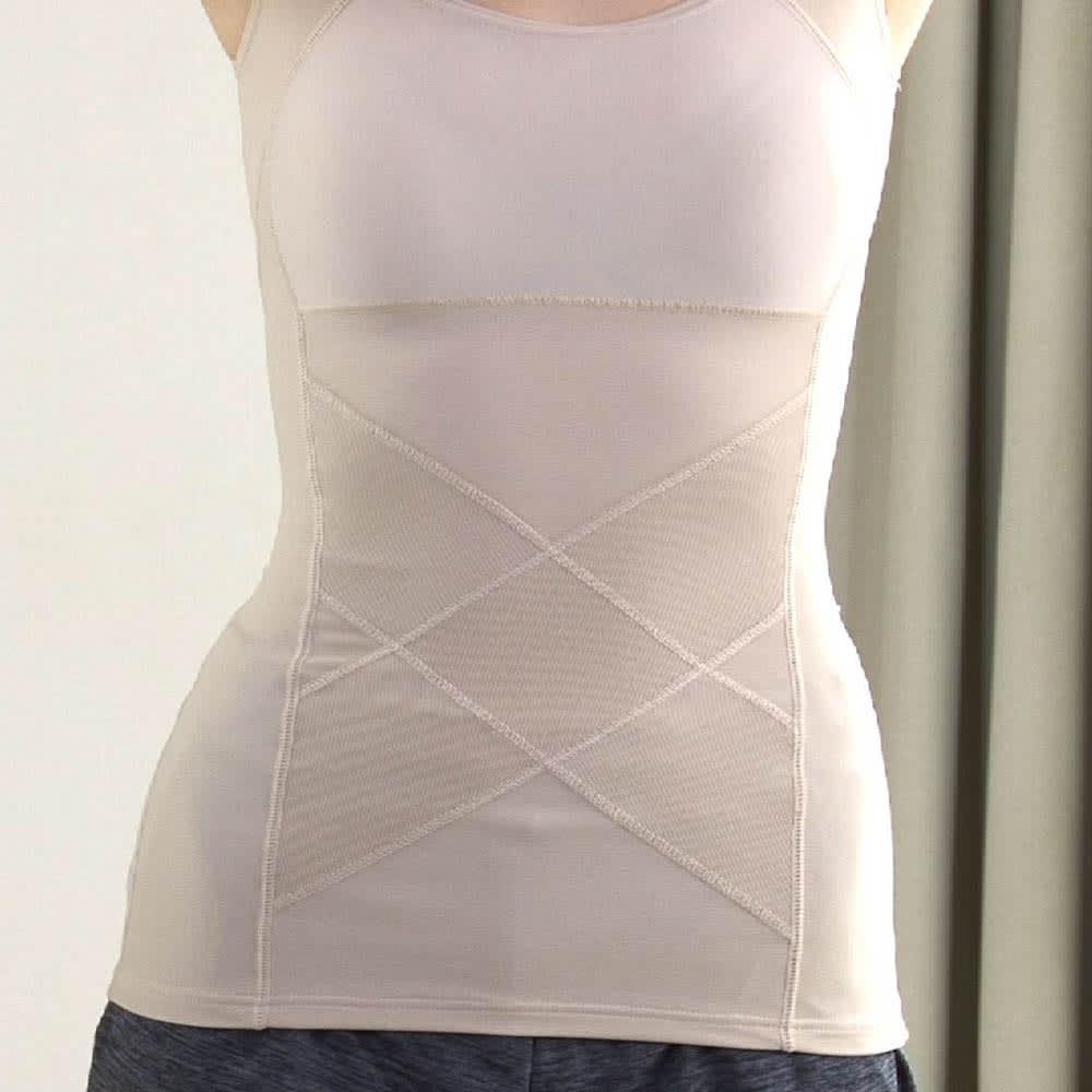 姿勢インストラクター アクティブコア タンクトップ(レディース) パワーネットを従来の肩甲骨だけでなくお腹周りにも360度ぐるりと配置。しかもあえて表側に張ることで美姿勢のキープ力をアップ!