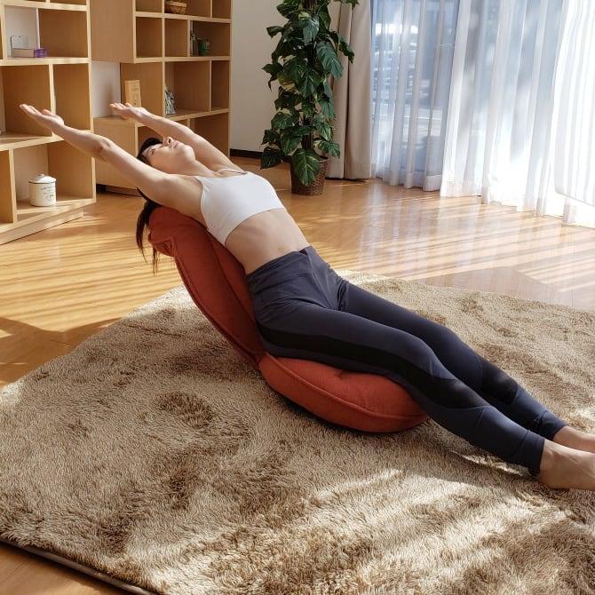 スリム座椅子 ピラトレ 背もたれの形を変え安定した状態で反るストレッチも可能 首までラクに伸ばせるので短時間でリフレッシュできます