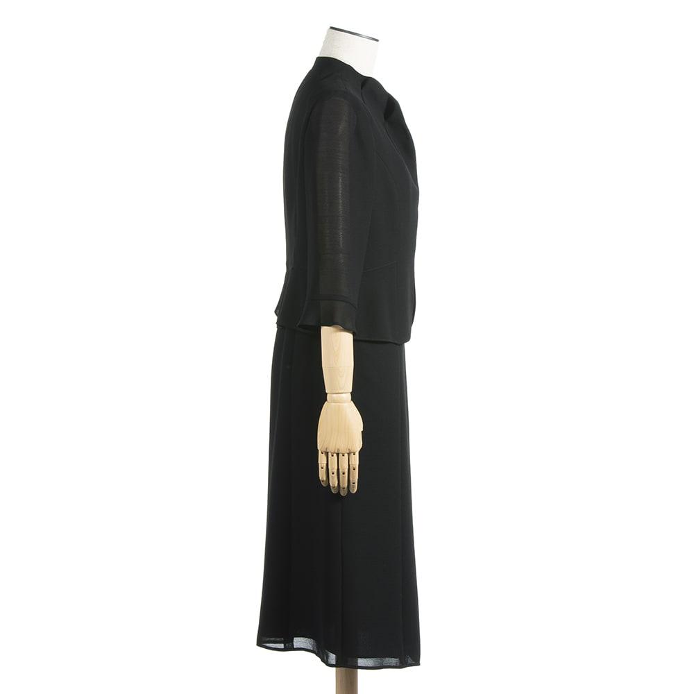 東京ソワール ブラックフォーマル アンサンブル風ワンピース 立った時に美しく、座った時にヒザが見えない上品な長さのスカート丈。
