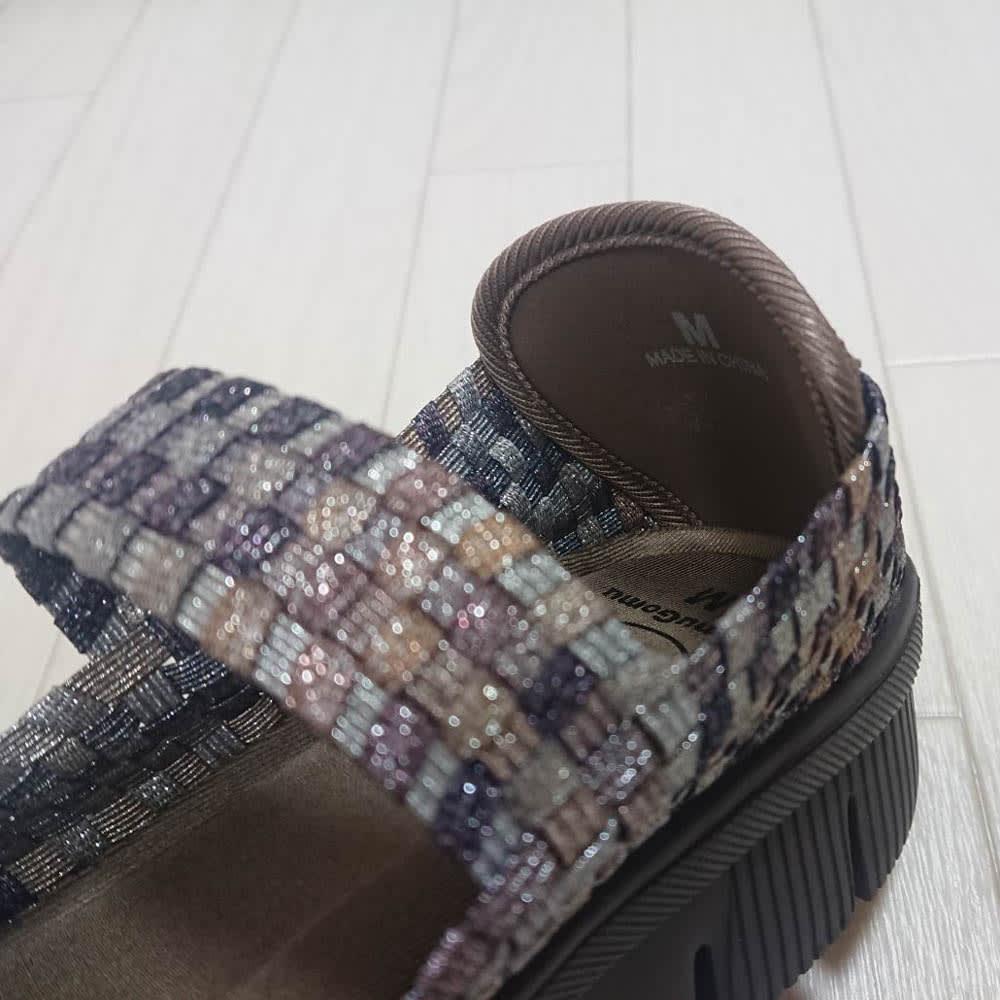 ゴムゴム メッシュシューズ かかとに「靴べらパーツ」付き!ココをぐっと引っ張れるので足入れしやすい。柔らかい素材なので靴擦れしにくいのもうれしい!