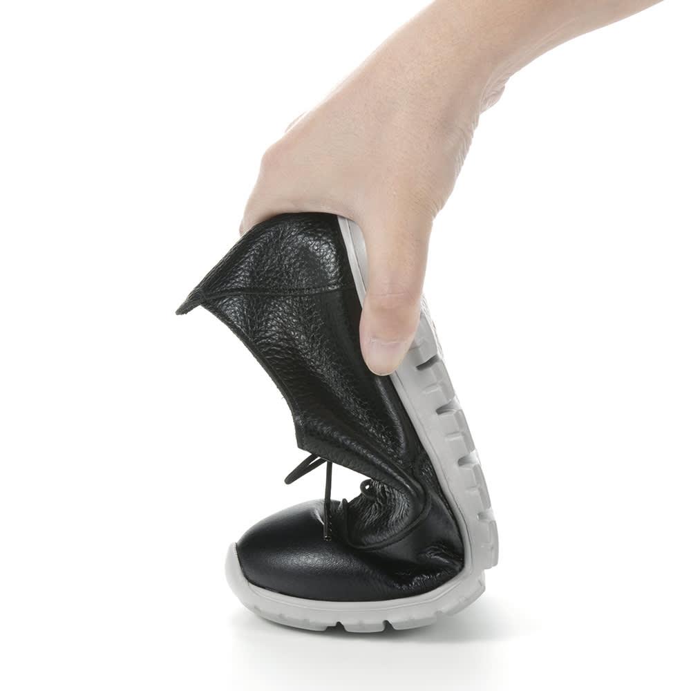 レザースニーカー フィグリーノ 靴底が柔らかく、指の付け根部分から曲がる仕組み。着地から蹴り出しまでがスムーズで、靴が足にフィット。パカパカしにくく、歩きやすい。