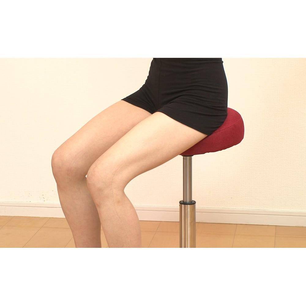 ミズノ スクワットスリール 【座り方】○座面の傾斜が高い方をお尻に来るようにして座ります。(※ミズノのロゴタグが後ろに来るようにしてください。)