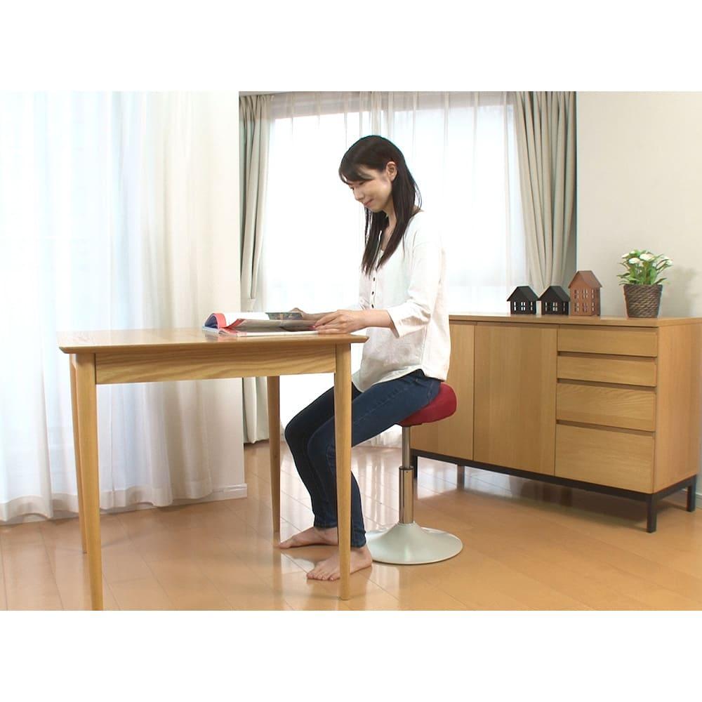 ミズノ スクワットスリール リビングやダイニング、キッチンなどにも置いておけるシンプルなデザインも魅力。気が向いた時にすぐトレーニングできるから続けられそう。低くして椅子としても使えます。