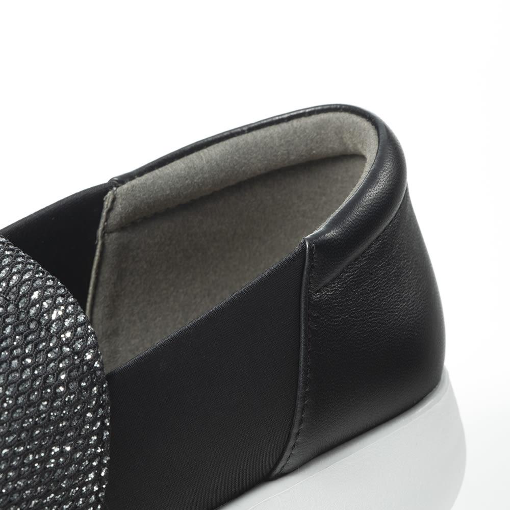 ラックラック 空飛ぶスリッポン かかとには柔らかなヤギ革を採用!しかもはき口部分がふかふかなクッションになっていて、肌当たりが柔らか!靴ズレが心配な方にもおすすめ。
