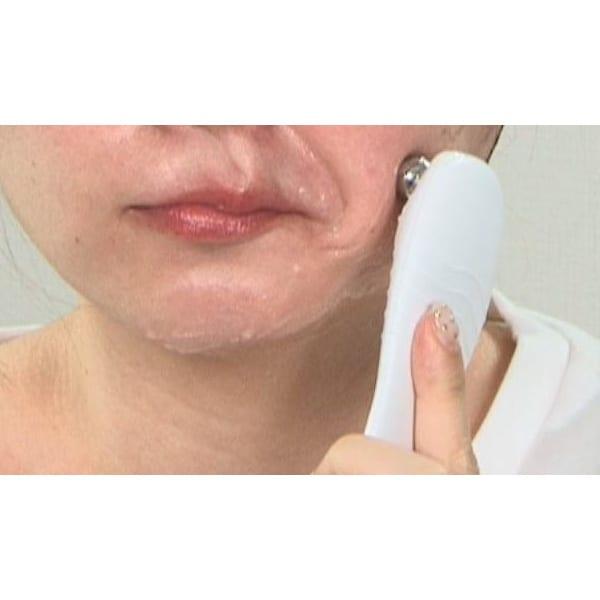 シェイプビート7 Body&Face 【フェイス】使い方は、付属の専用ジェルを顔に塗り、スティックを当てればOK。ちょっと他人が驚く位パワフルに筋肉をぐいぐい動かします。なのに気持ちがいい。専用ジェルはタレず乾きにくいので快適なケアをサポート。使用後の拭き取りも不要です