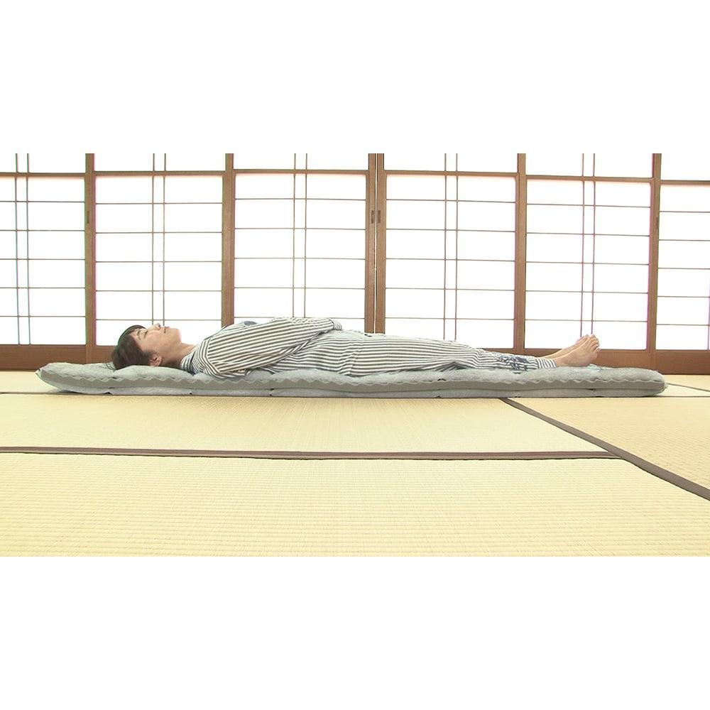 新春初売り 西川の特選寝具 ダブルセット(8点+特典2点付き) 敷布団は中芯に凹凸のあるプロファイル加工のウレタンを採用。反発力が高く、腰をしっかり支えます。上げ下ろしがラクな軽量タイプなのも腰に優しい。(※断面サンプルにて撮影)