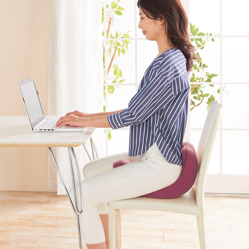 柔ら美人 開脚ベターイージースリム 座ることで、背筋がピンと伸びた美姿勢に整えるので、床の上だけでなくイスの上でも姿勢サポートとしてご使用できます。(※必ず背もたれ付きの椅子でお使いください)