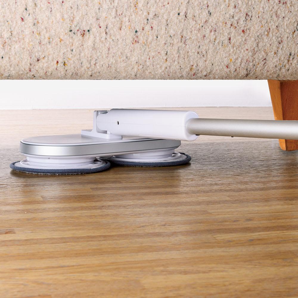 コードレス回転モップクリーナーNeo + ヘッドが180度に倒れてフラットに。ベッドやソファ下まで入り込み、拭き掃除できます。