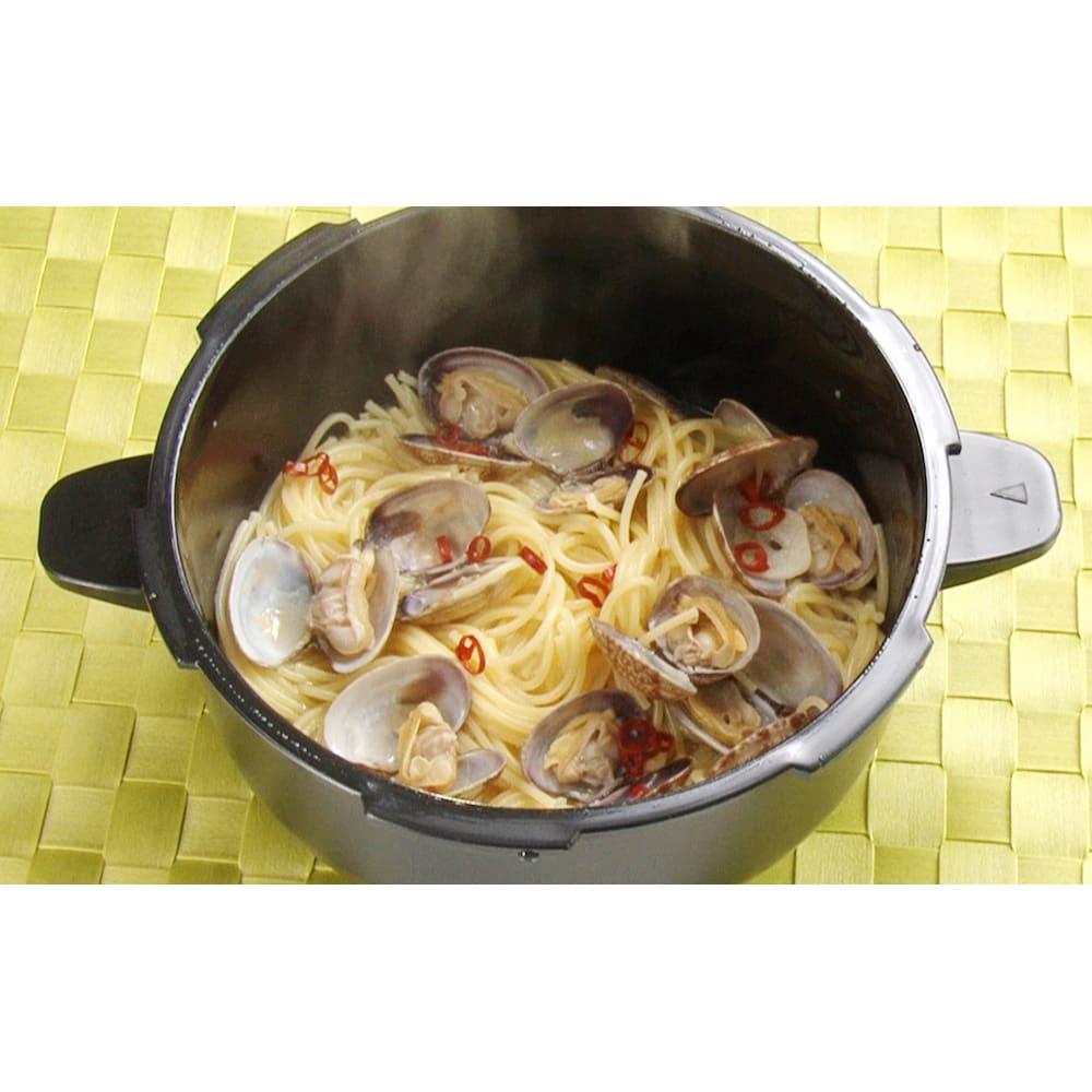 MEYER/マイヤー 電子レンジ圧力鍋 ★ボンゴレ…麺と水と食材を一緒に入れて、600Wで12分。2分蒸らせば完成!