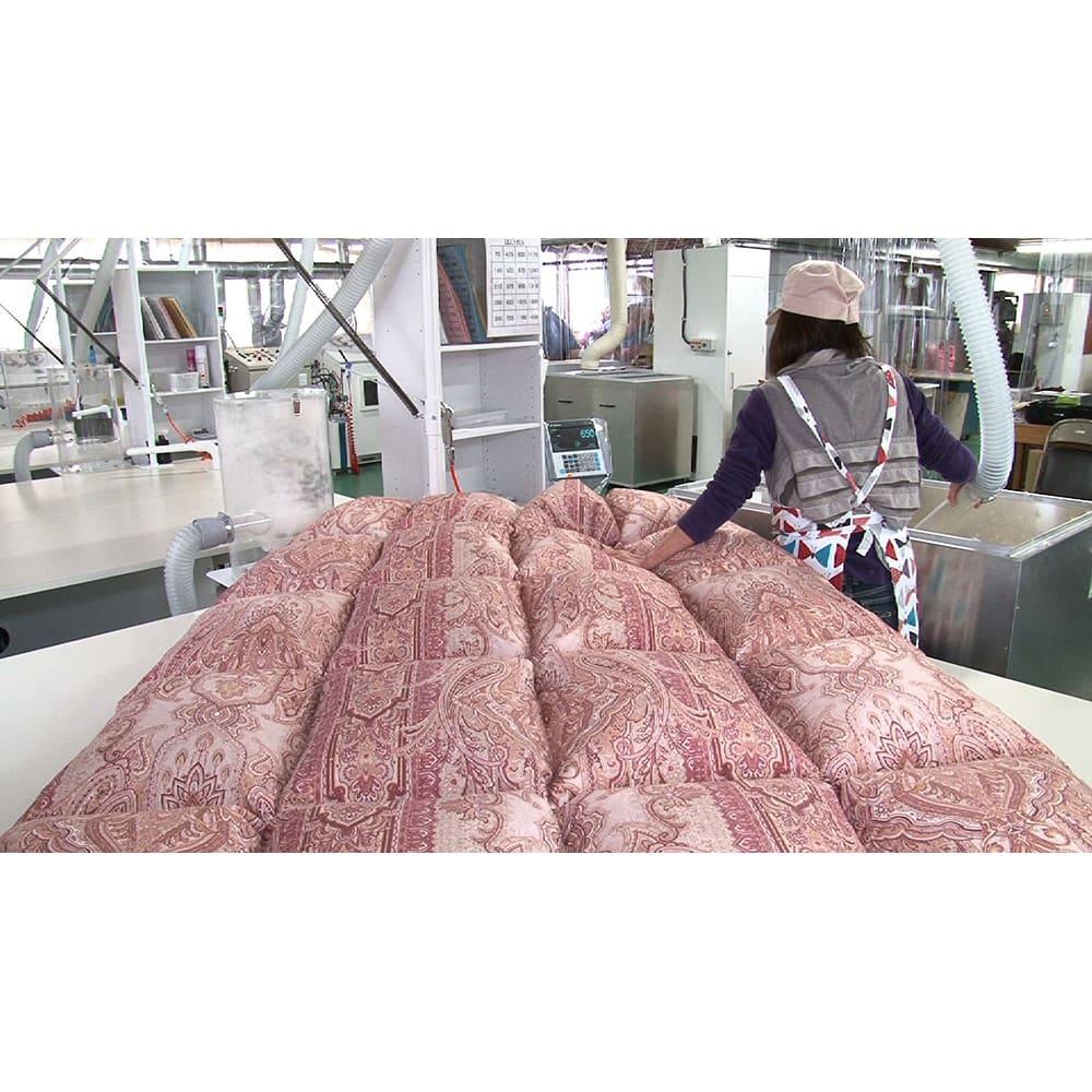羽毛布団のフルリフォーム(ダブル) 洗浄した羽毛を新品の側生地に吹き込み、手作業で縫製。