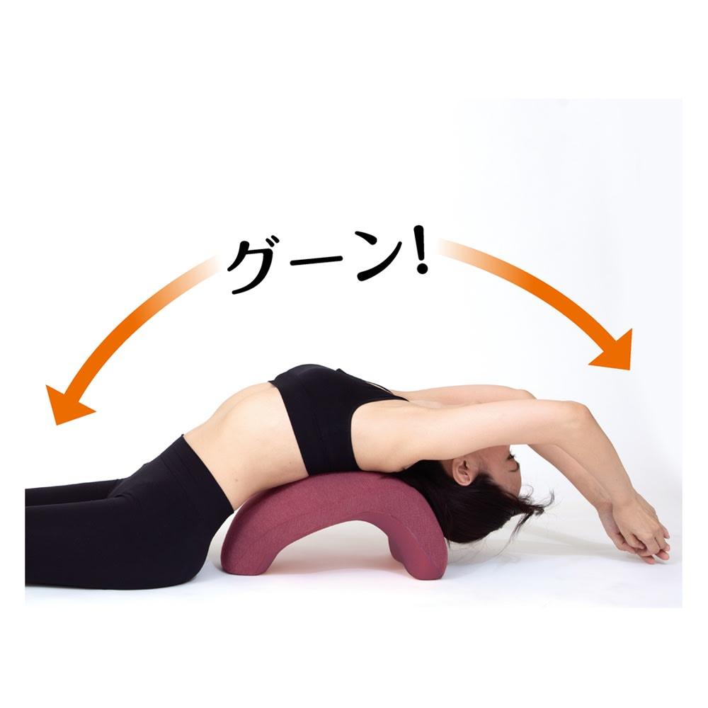 柔ら美人 開脚ベターイージースリム 底面を上にして、その上に寝ると、スマホやパソコンで丸まりがちな背中が伸びて、リフレッシュ。胸が開いて、首、肩のストレッチにも。(※腰を痛めやすい方や不安のある方は、行わないでください)