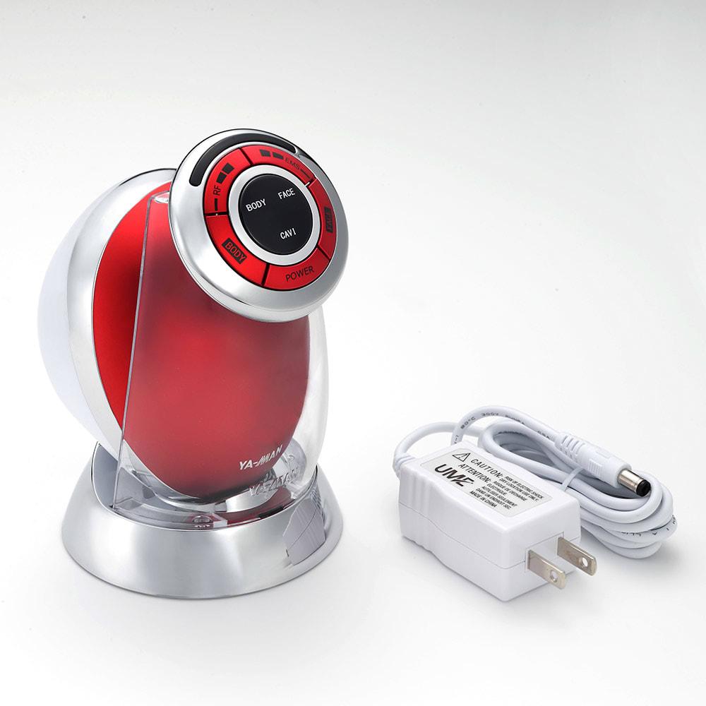 家庭用キャビテーションマシン「キャビスパRFコア」 (ウ)レッド  本体にACアダプター、充電台をセット。○充電式のコードレス。3時間充電で約30分使用可能(※ACアダプターを差し込みながらの使用はできません。)