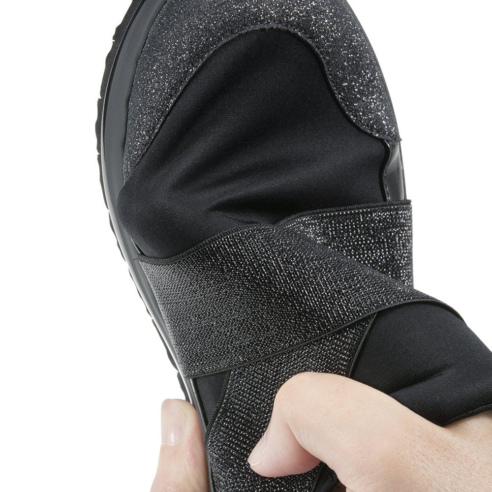ヌーディウォーク ストレッチスリムスニーカー 軽く、伸縮性のある生地を採用。とにかく柔らかく、足を包み込むようにフィット。