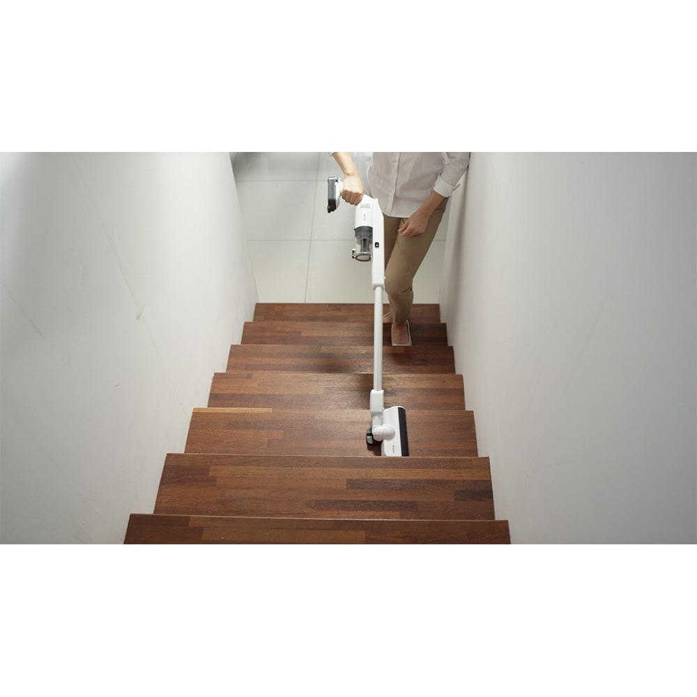 レイコップ コードレスクリーナー 通販限定モデル RHC-500JPWH 軽くて持ち運びしやすいので、階段掃除もラクラク。