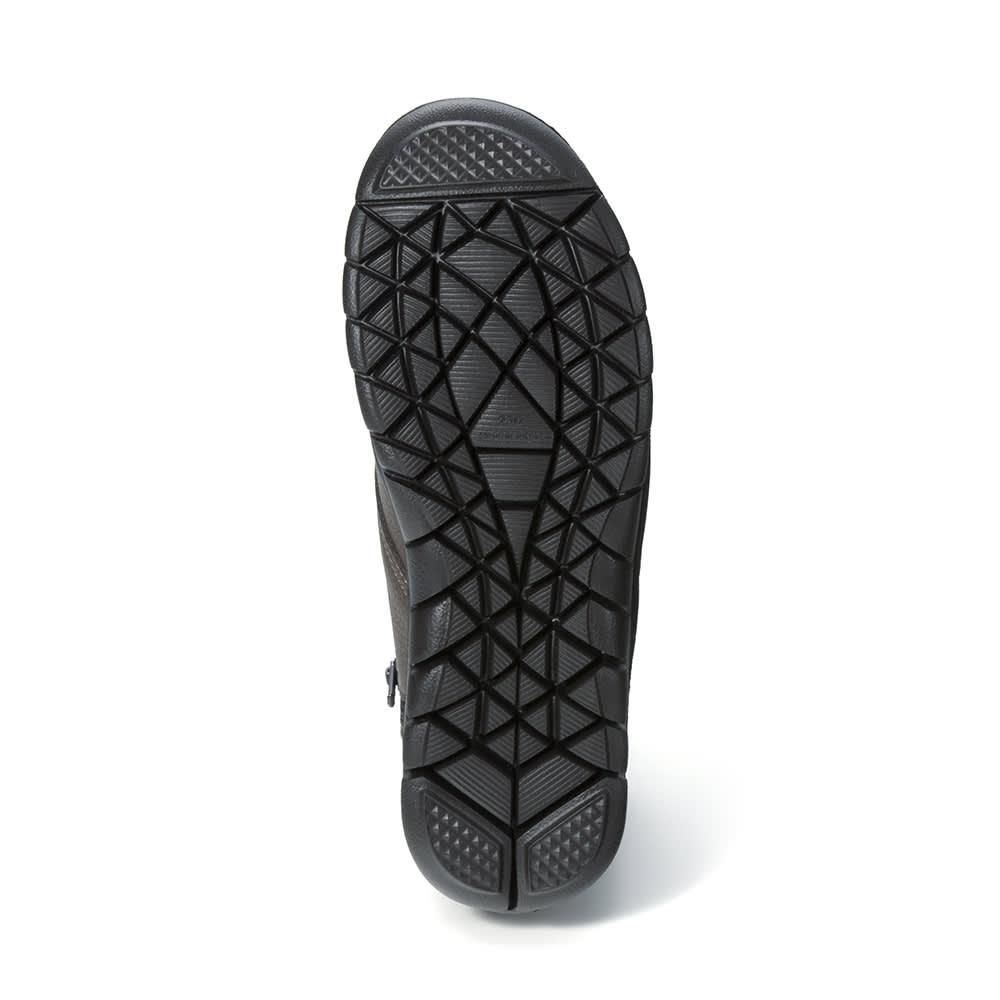 フィグリーノ レザーブーツ 靴底には細かなスリット入りで、滑りにくいのが嬉しい。