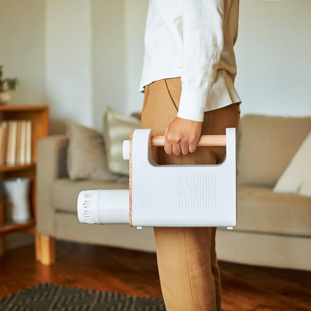 BRUNO/ブルーノ マルチふとんドライヤー 重さはわずか約1.4kg。布団乾燥機としては最軽量クラスで、片手でラクに持ち運べます。