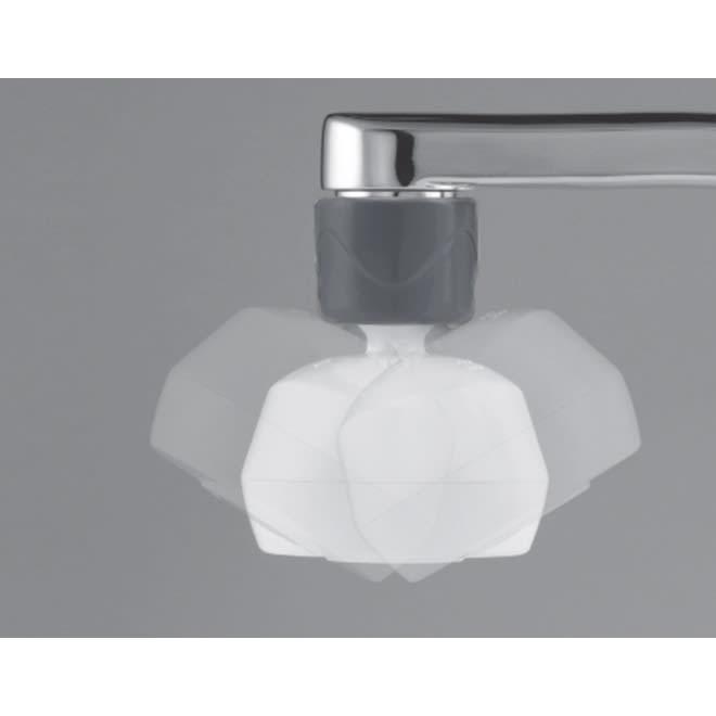 キッチン用 プレミアムアダプター 27°まで首振りの角度を調整可能。水流がシンクの隅々にまで届くのでお掃除がラクチン。