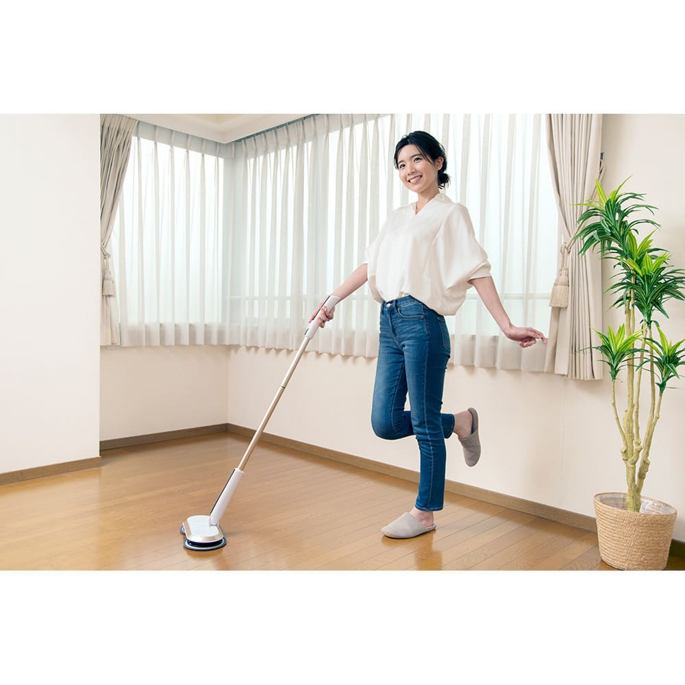 コードレス回転モップクリーナーNeo プレミアムセット(パッド計6枚) モップが回転する推進力により、女性でも軽い力でラクラクお掃除できます。