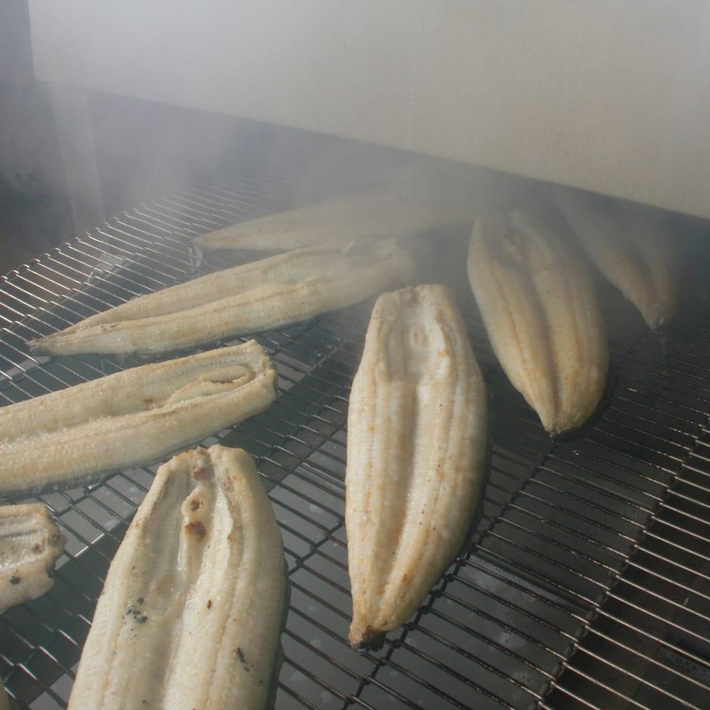 愛知・三河産うなぎ蒲焼 2Lサイズ3尾セット 手間ひま掛けて二度蒸しすることで、ふっくら柔らかい食感に!(※今回の商品とサイズが異なります)