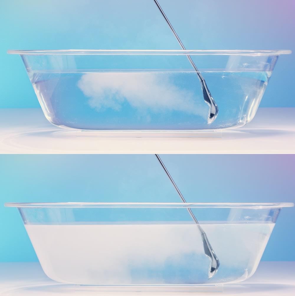 ReFa/リファ ファインバブルS 湯船にシャワーヘッドを浸けてもOK。ファインバブルのお湯で満たせばシルキーバスに。全身が柔らかく包み込まれて身も心も癒されます。※白濁具合は使用状況によって異なります。