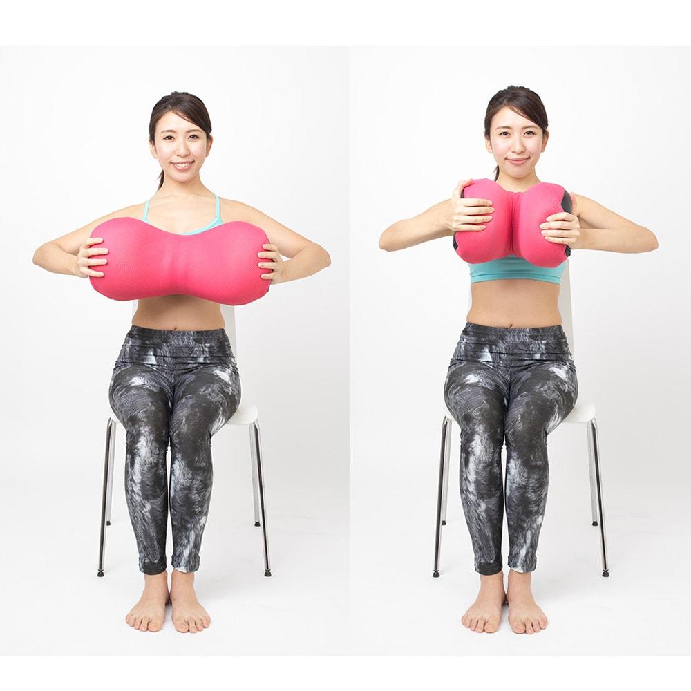 オアシス ながらクッション プレミアムフィット ◎胸エクササイズ…両手でクッションを持ち、胸の前で折り曲げます。二の腕や胸周りをすっきりと引き締めるエクササイズです。