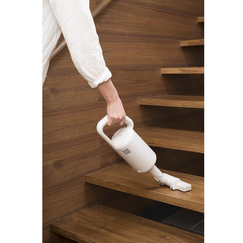 ±0/プラスマイナスゼロ コードレスクリーナー コードレスで持ち運びできるから、階段のお掃除もラクラク!