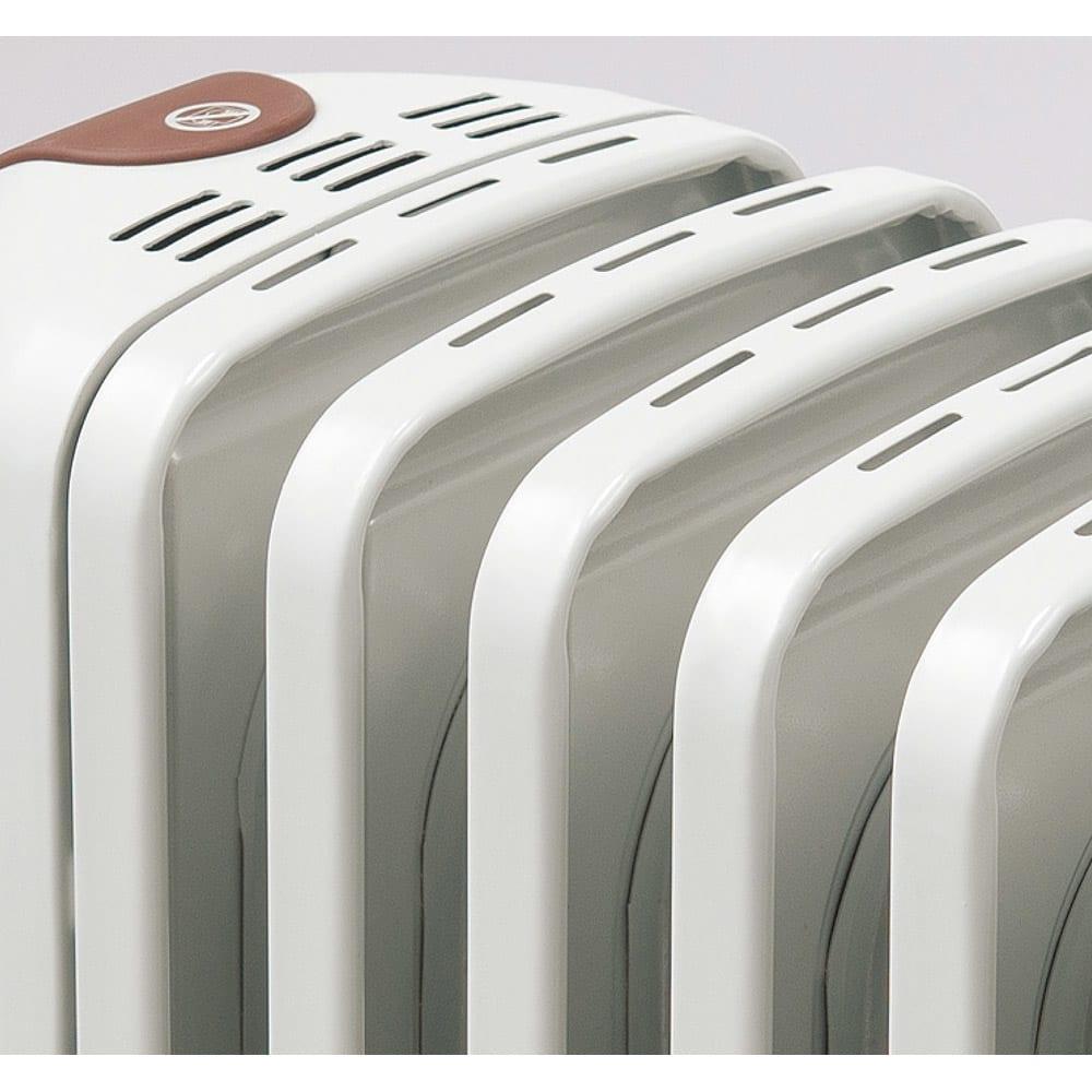 DeLonghi/デロンギ オイルヒーター L字フィン(専用トップハンガー付き) L字型フラットフィンは、表面温度が約70℃の低温設計。触っても火傷の心配が少ないから小さなお子さんのいるご家庭でも安心。
