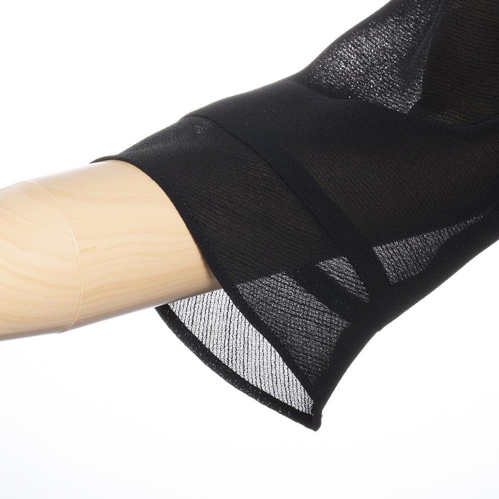 東京ソワール ブラックフォーマル アンサンブル風ワンピース 凹凸のある特殊加工糸で織り上げた薄手の生地を使用。肌離れのいいサラッとした肌触りが快適。汗をかいてもベタつきにくい!