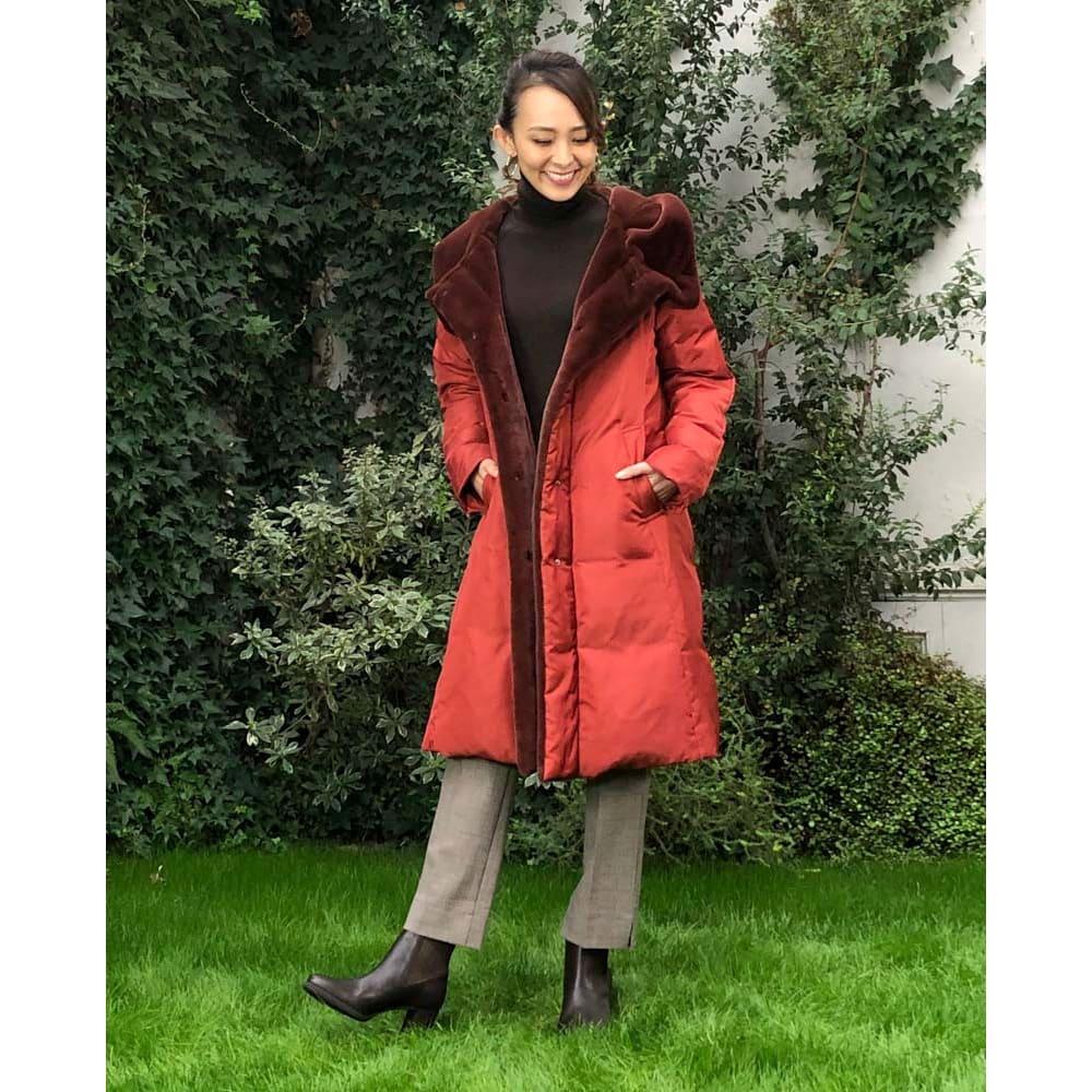 美シルエット ロングダウンコート 見頃の見返りから襟、フード裏にレッキス風のエコファーを使用。本物のような贅沢な素材感で、柔らかく、滑らかで、暖かい! (オ)テラコッタ