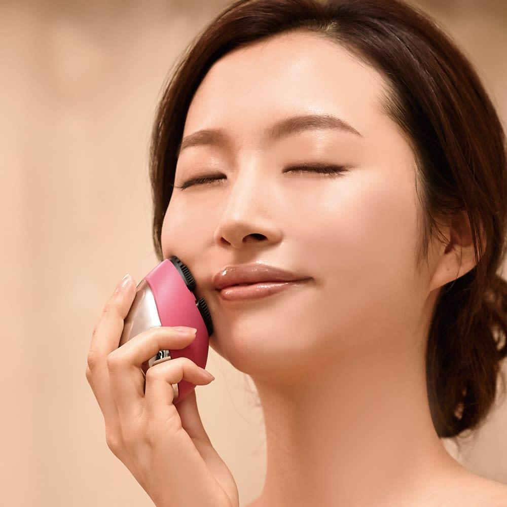 ミーゼ クレンズリフト 使い方は簡単!モイストリフトモードは、洗顔後のお肌に美容液などを塗布し、スタンプを押すように内から外へ動かしてください。
