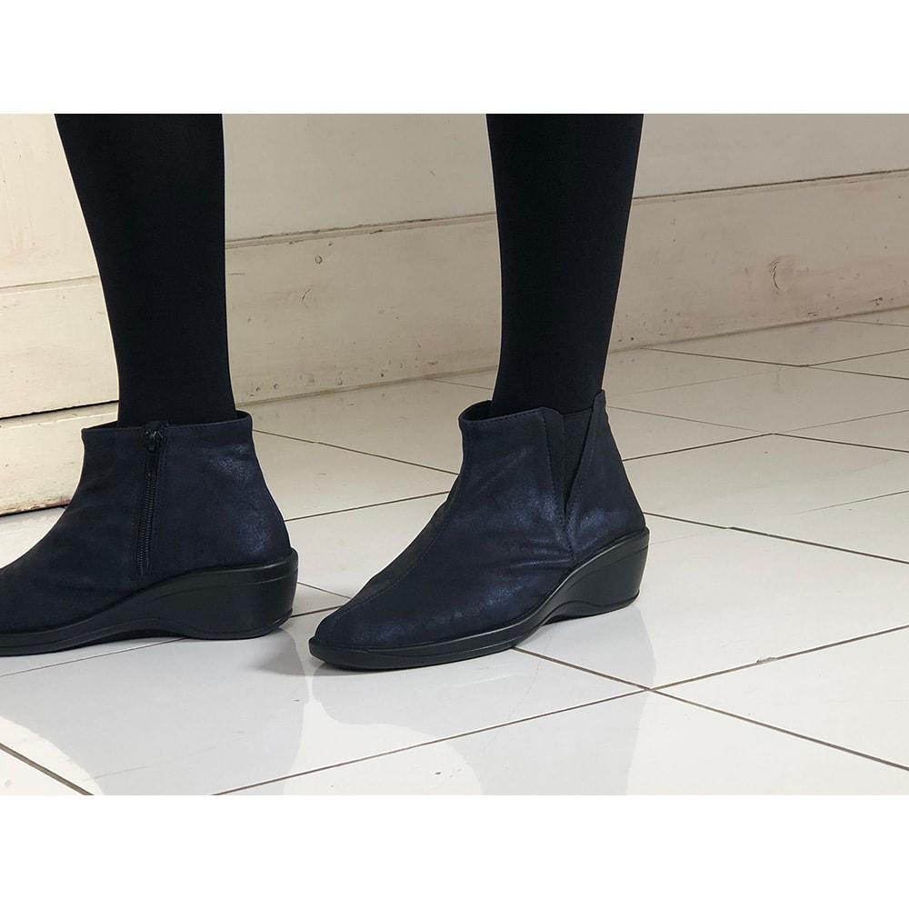 ARCOPEDICO/アルコペディコ サイドゴアショートブーツ (ア)ネイビー…軽く、フィット感が良く、「とにかく歩きやすく疲れにくい!」。締め付け感が少ないから甲高・幅広、外反母趾の方にもおすすめ。