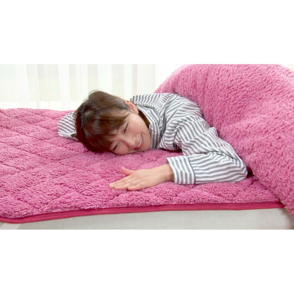 毛布仕立てのぽかぽか敷パッド(ダブル) 肌に触れる内側には、長く細いマイクロファイバーを束状にした毛足の素材を採用。 ※掛け布団カバーは別売りです
