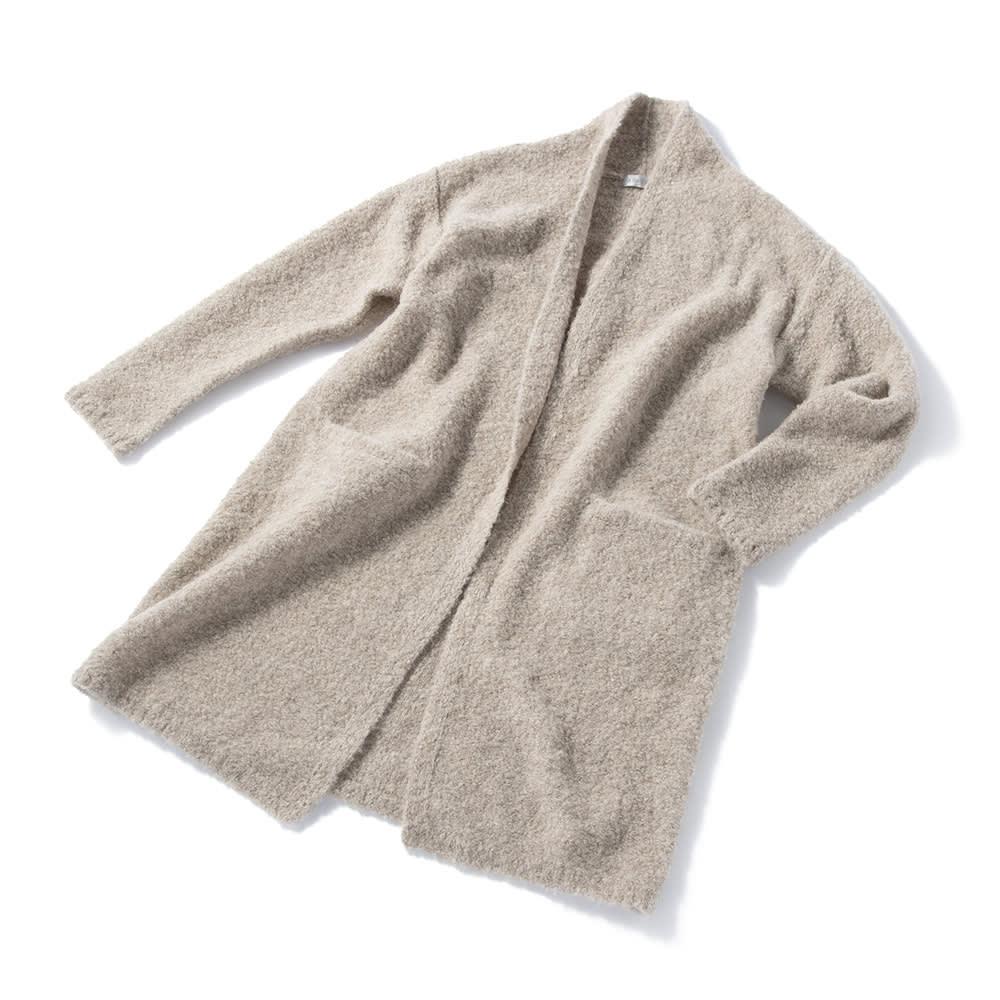 アルパカブークレ コーディガン あえてボタンをつけず、より縦長ラインを強調したのもスッキリ細身に見える秘密。襟の後ろ部分が立ち襟になっているので首元も暖か。