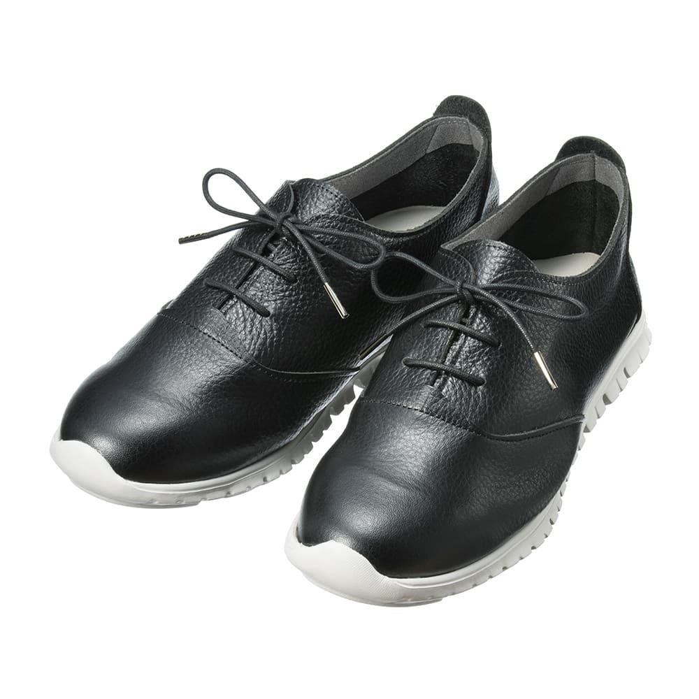 フィグリーノ レザースニーカー 紐で編み上げた「レースアップデザイン」。見た目におしゃれで、自分の甲の高さに合わせて調節できるのもうれしい! (ア)ブラック…改まった場所にも履いていかれる定番ブラック。足が締まって見えるのも嬉しいですね。