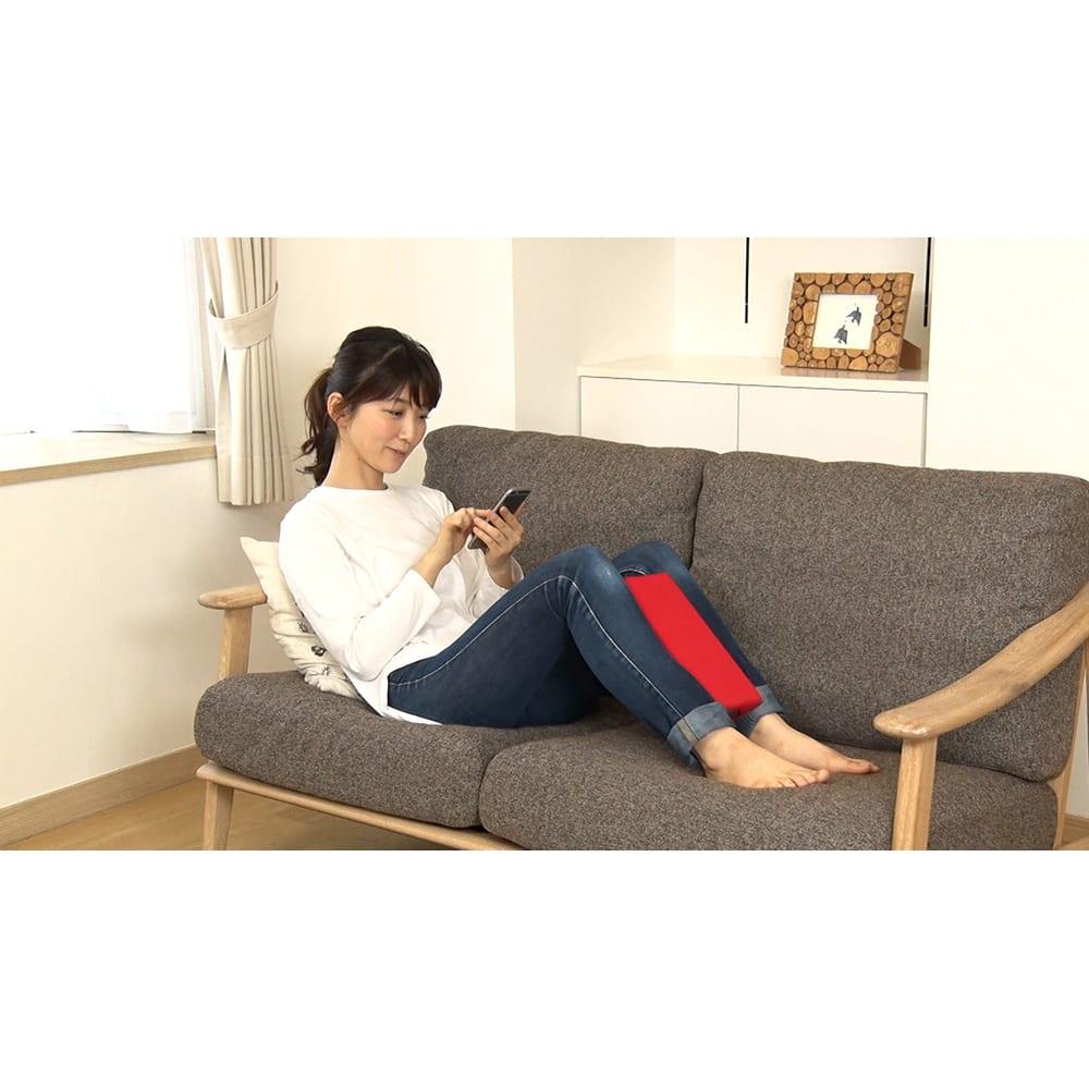 ジェットスリムボディMAX 《使用例》ソファでリラックスしながらふくらはぎに挟んでお使いください。