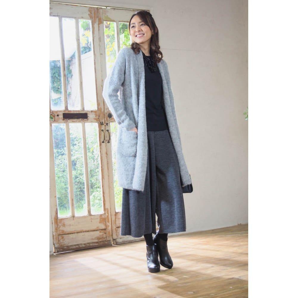 アルパカブークレコーディガン (ア)ライトグレー…ベーシックカラーなので、スタイリッシュに決められる。合わせる洋服を選ばないし、ワイドパンツとも相性がいい!