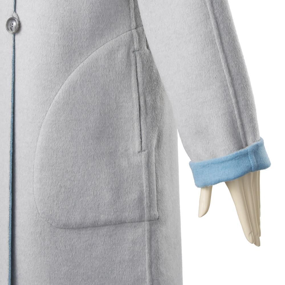 ダブルフェイスリバーシブルコート 袖は折り返し可能。長さが自由に調節できるうえに、裏の配色を見せることでおしゃれなアクセントに。