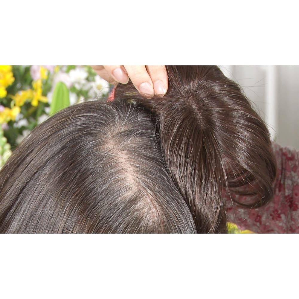 人毛100%ファッションウィッグ(部分タイプ) (左)地毛(右)栗色のウィッグ:メーカーが長年の経験で培った絶妙な色味で、様々な茶系の髪に馴染みます。一見地毛と違う色に感じても、梳かすほどに馴染んでいきます!色に悩んだら栗色がオススメ。