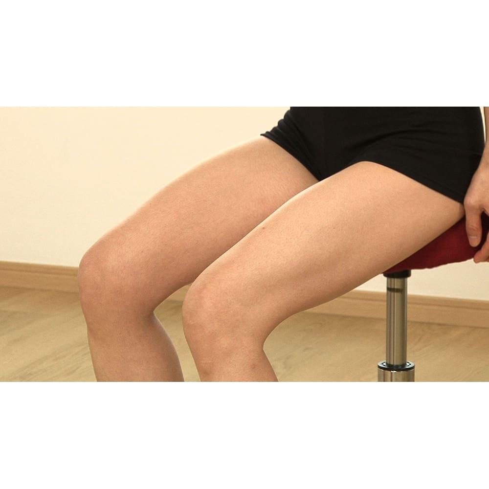MIZUNO/ミズノ スクワットスリールα(アルファ) ○足はやや開き、股関節を折るようにお尻を突き出すように座る。ヒザが内側に入らないように意識してください。