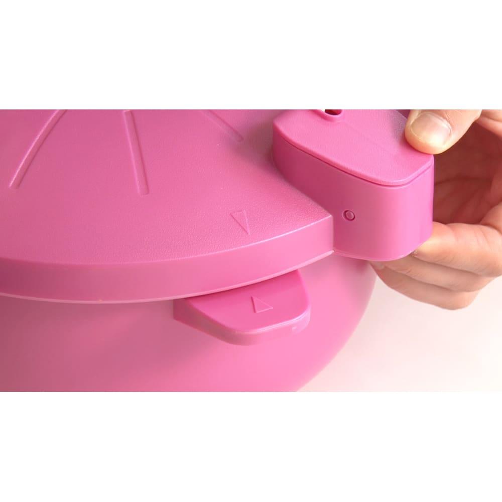 MEYER/マイヤー 電子レンジ圧力鍋(色が選べるお得な2個組) よりスタイリッシュになったデザインが素敵!フタの開け閉めも簡単になりました。矢印部分を合わせてフタをし、スライドさせれば閉まります。