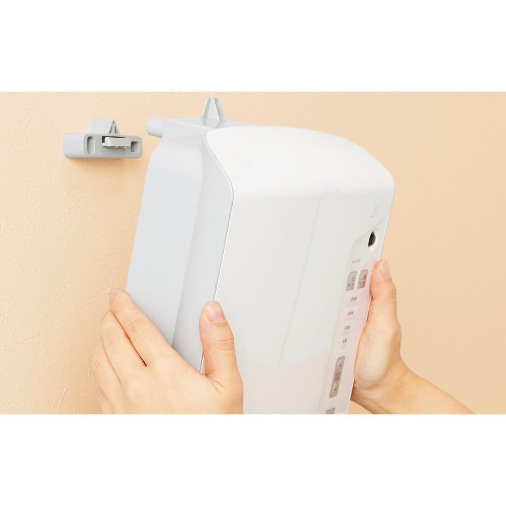 人感センサー付 壁掛け脱衣所ヒーター 取り付け簡単! 付属の壁掛けフックをネジで設置面に取り付け、本体を掛けて固定。ドライバーで簡単に取り付けができ、工事も不要です。