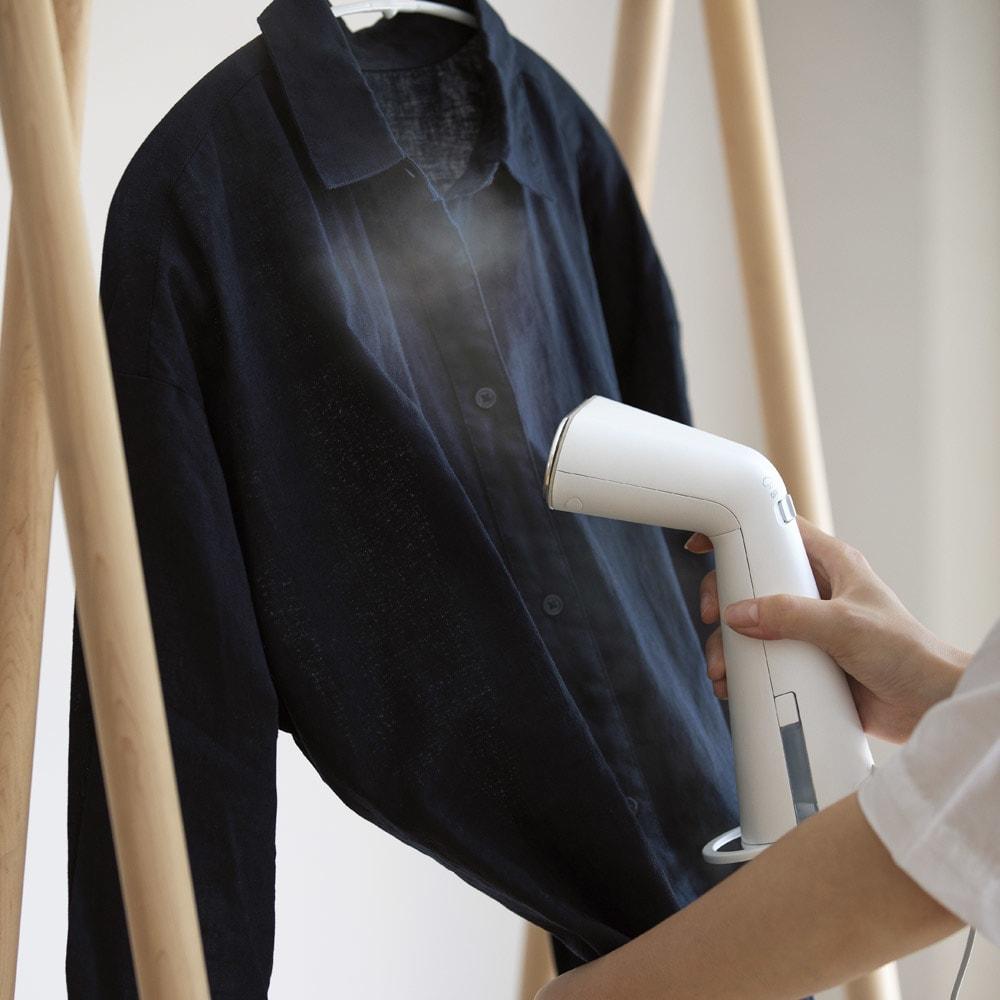 ±0/プラスマイナスゼロ 衣類スチーマー 「±0」が開発した自慢の衣類スチーマー。オシャレな縦型で、片手で持てるハンディタイプ。服をハンガーにかけたままシワ伸ばしできます。