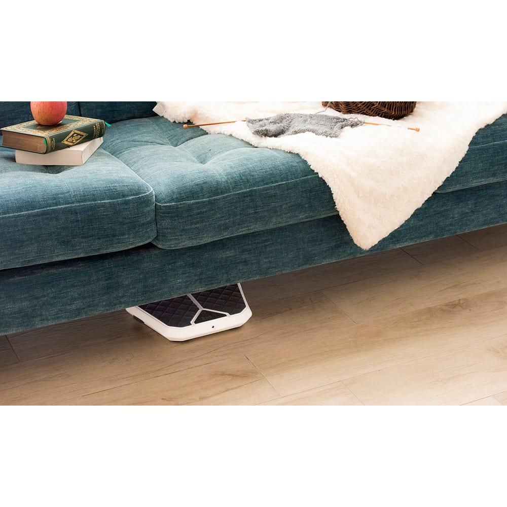 足元EMSトレーニング レグネス 高さ5cmのスリム設計&コードレス使用できるので、ソファの下からサッと出してすぐ使える!