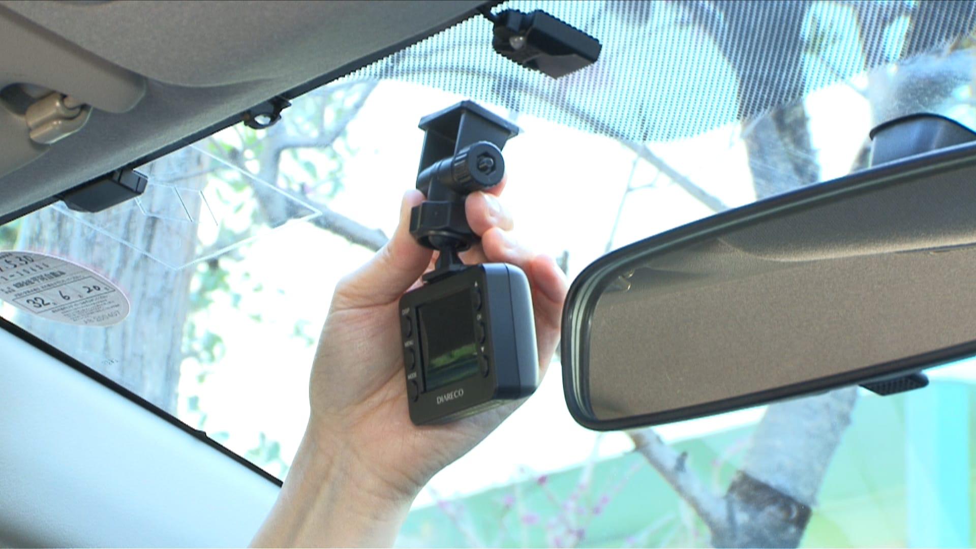 後方カメラ付き 高画質ドライブレコーダー 前方カメラはフロントガラスの上部20%範囲内に取り付けてください。(※取扱説明書にしたがって正しく取り付けてください)