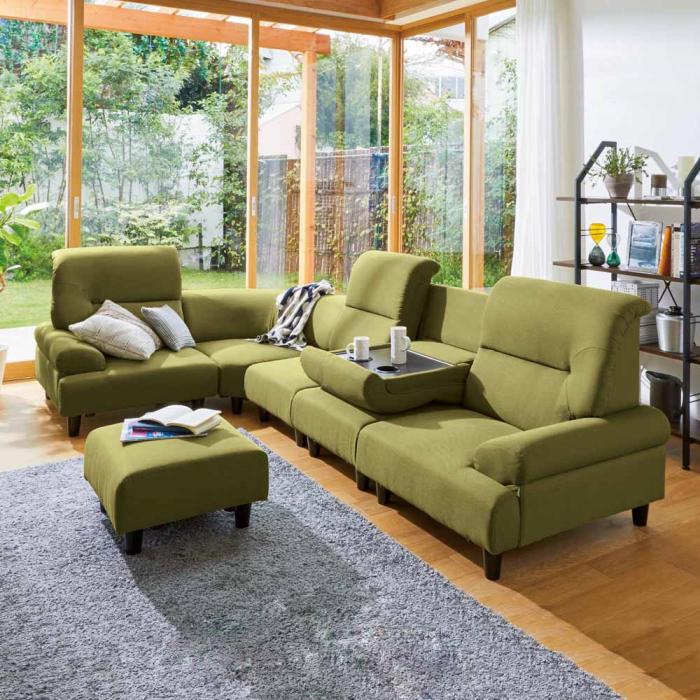部屋の広さやライフスタイルに合った快適なサイズのソファを選ぶ。