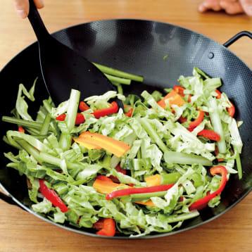鉄のフライパンで作るカラフルな野菜炒め