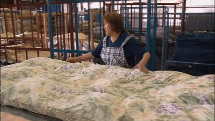 <b>(1)検品</b><br />専用の工場で、お預かりした布団を丁寧にチェック。