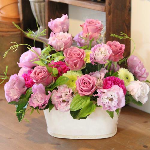 バラとトルコギキョウのスイートピンクアレンジメント<br>7700円(税込)