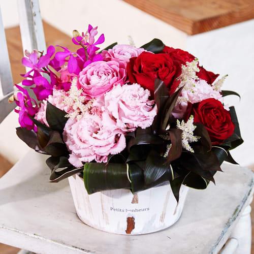 赤バラとトルコギキョウのアレンジメント<br>7700円(税込)