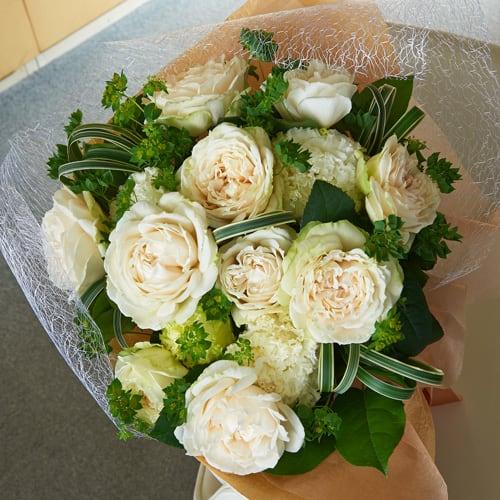 白いバラとトルコギキョウのエアリーブーケ<br>5500円(税込)